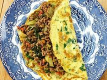 thaise-gevulde-omelet-op-bord